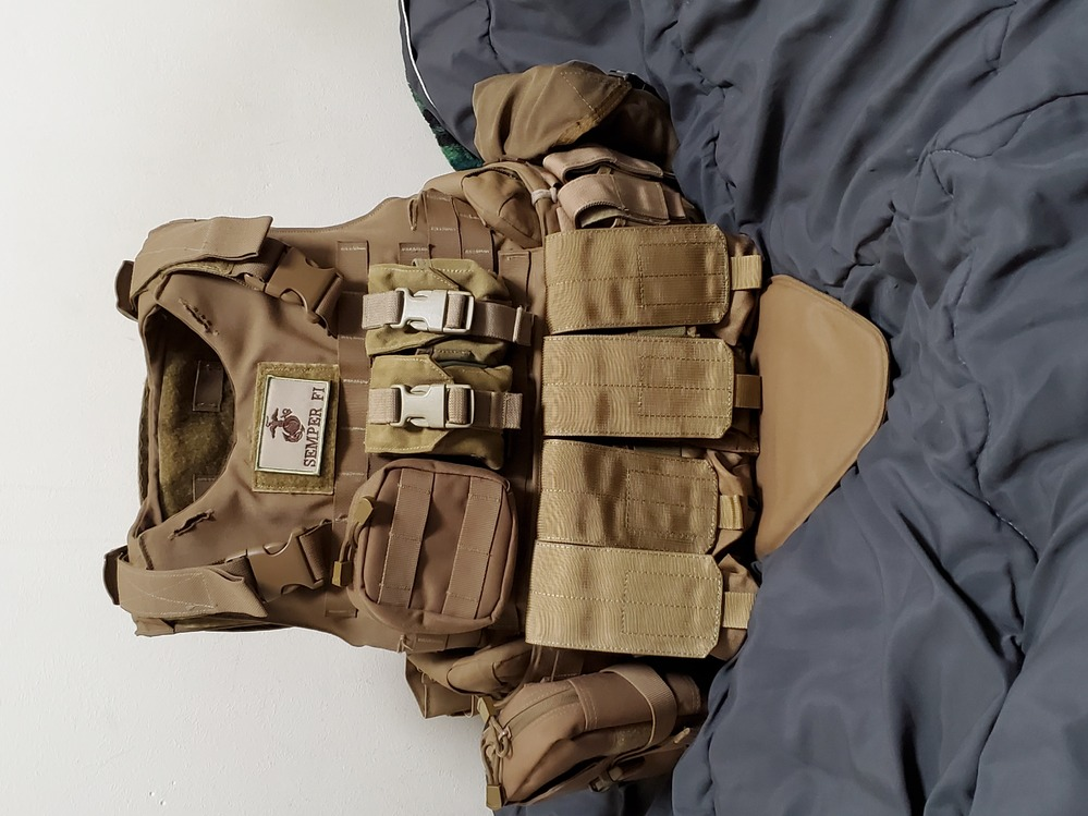 アメリカ海兵隊装備に詳しい方や持っている人に質問です 海兵隊装備用のimtvです ネットの写真やYouTubeで見てこんな感じかなとポーチを着けました。 写真を見て何かおかしな所やこれを着けた方...