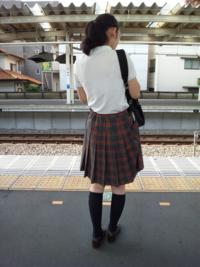 女装して制服を着てみました。男なんで足太いですけど女に見えますか?