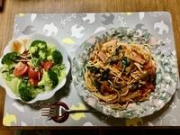 今日の晩ご飯はスパゲティにしました!  トマト缶にベーコンとシメジとほうれん草のソースです。 それにとろけるチーズを混ぜて高カロリーに仕上げました。  あと野菜サラダです。  みなさんは、  晩ご飯...
