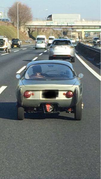 この車なんですか? めちゃ小さい、左ハンドル、2シーターです。
