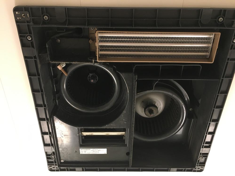 お尋ねします。 三菱の浴室換気乾燥暖房機を使っています。 通常のフィルターだけの掃除ではなく、中の循環ファンも洗って掃除をしたいと思い表面の化粧板を外しましたが、二つある循環ファンの外し方がわか...