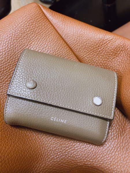 ご存知の方や経験された方、教えて頂きたいです。 celine の旧ロゴの財布のお修理は正規店舗へ行けば可能なのてしょうか?後どれくらい費用がかかるのかご存知な方いましたら教えて頂きたいです。 ...