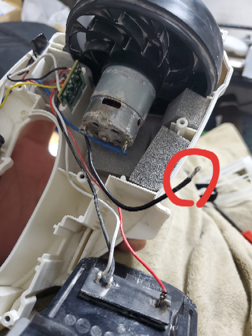 HiKOKI R18DSAL コードレスクリーナー 外れているこの線、どこに繋げばいいのでしょうか、、、?