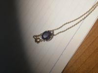 ネックレスの端に、「via」か「v1a」かよく分からない文字が書いてあったんですけどこれはブランド名ですか? 文字が小さすぎて読めませんでした。  ↓あとこのネックレスなんですけど、なんの石か、分かりますかね?