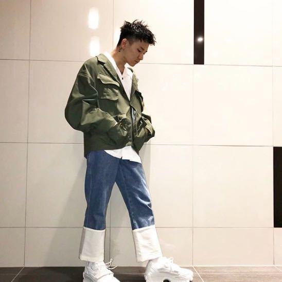 この下↓↓↓の画像のカワグチジンさんが着ているジャケットはどこのブランドですか?