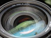 一眼レフ レンズ内部の埃について 一眼レフのレンズをヤフオクに出品しようと思ったのですが、レンズの内部に埃が見えます。 ①状態は結構悪いでしょうか? ②一眼レフの撮影に支障が出るレベルでしょうか?  写真...