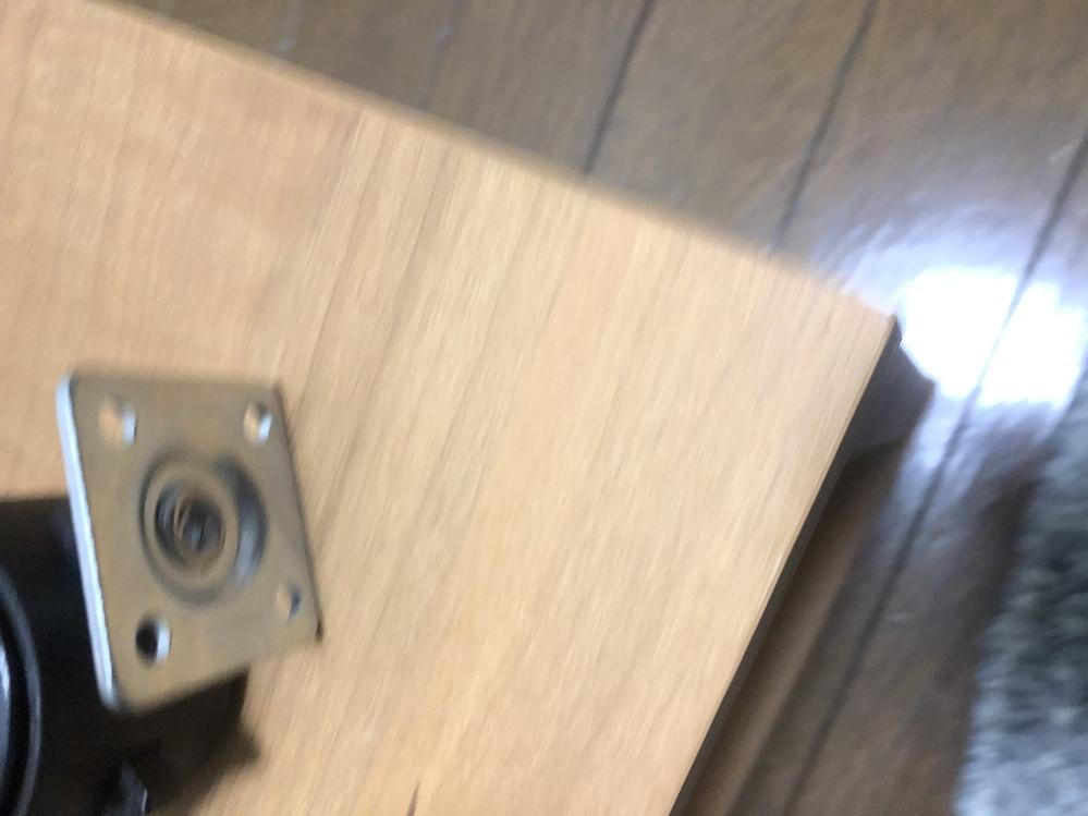 この写真のようにカラーボックスとキャスター付けるにはネジ以外に付けられるものはありませんか? 上に水槽を置くので強度が欲しいのですがやはりネジじゃないとダメでしょうか?