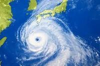 南半球については知りませんが北半球の台風が必ず反時計廻りに渦を巻くのは何故ですか。 地球の自転と関係があるところまでは知っています。 水を貯めて栓をを抜くと同じように反時計廻りに渦を巻きます。 その理...
