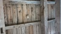蜂に詳しい方教えてください。 自宅の車庫の天井に蜂の巣らしきものがありました。 これは蜂の巣でしょうか? また、なんの蜂ですかね? わかる方教えてください。