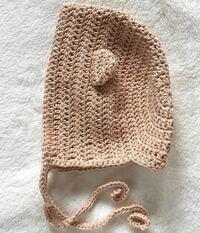 かぎ針編みでこのようなボンネットを編みたいのですが、 初心者で編み図が理解できず、動画を見ながらなら編めるのですが、検索しても出てきません。 はじめに長編みで円を編んだ後、どのように編んでいるのでし...