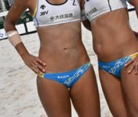 ビキニ以外も認めらるようになったビーチバレーですが、今でも小さく露出の高い水着でプレーする選手がいるのは何故ですか? グラビアみたいな小さいビキニに抵抗ないのでしょうか?