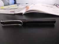 このボールペンなんて言うんですか? 出品したいので値段も教えて欲しいです。