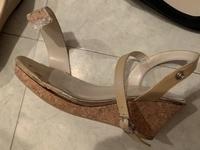 サンダルが壊れました!! 去年買ったものなので、靴底はまだ悪くない状態です。 気に入っているので、できればまだ履きたいと思いますが、修理のお店に持っていったとしても、この壊れ方だと厳しいでしょうか?
