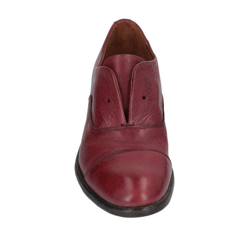 この靴は紐を通さないで履くのでしょうか。