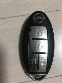 スマートキー 日産のセレナを買いました。スマートキーがよくわからず困ってます。  これって社外からスマートキーをもって離れると自動でロックかかるんじゃないんですか?  かかりません。キー自体にドアのロッ...