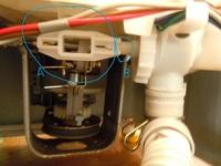 縦型全自動洗濯機 排水が出来ず脱水やすすぎ行程に進めません。   機種は東芝 AW-40S5です。かなり古い機種で私も16年近く使用してきました。 ここにきて同機に異常が生じました。洗濯はできるのですが、排水が出来ません。アラームが鳴ることがあります。    ネットで検索してみたところ、ゴミ詰まりではないかとの指摘が多く、排水パイプ等を調べてみましたが詰まりはありませんでした。そこで機械の裏...