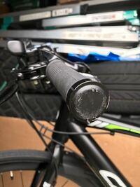 クロスバイクのハンドルグリップ交換をしたいのですが、グリップの外し方がわかりませゆ。 詳しい方ご回答よろしくお願いします。