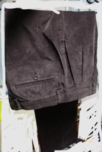 このコーデュロイワイドパンツどのように合わせますか? 貰い物でこのコーデュロイのパンツをもらいました色はダークブラウン?って感じです 自分は黒のスウェットと合わせようかなと考えましたがご意見お願いし...