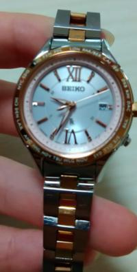 SEIKOさんのルキアという4年くらい前の腕時計なのですが、半年弱くらい暗所で保管していたら時間も日付も狂ってしまいました…… もう一度電池を空にして再起動のような感じの行為もしてみたのですが、変わらず……(...