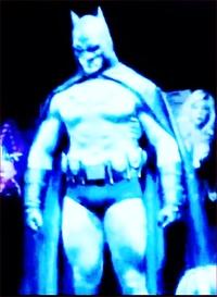 筋骨隆々とした筋骨たくましい筋肉質の強靭な肉体を、持つバットマンの弱点は、どこだと思われますか?? 写真は、バットマンに扮するケヴィン ポーター。  身長196㎝、体重110キロgあります。