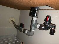 ガスメーター復旧のため、初めてガスの元栓を閉めようと思い確認したらこのように複数栓?があり、どれを操作すべきかがわかりません。