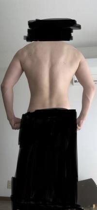 僕の背中は筋肉付いてますでしょうか?  背中のトレーニングを初めて3ヶ月くらいになります。 チンニングが自重で10回以上出来るようにはなりました。  トレーニングやる前の自分の背中を意識して見たことが...