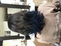 ブリーチ後のカラーについてです。 2週間ほど前に毛先だけ1回ブリーチし、根本〜ブリーチ上まではイルミナカラーのスターダスト、ブリーチ部分は青になるようにカラーしてもらいました。 だいぶ色落ちして緑っぽ...
