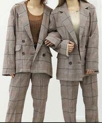 悩んでいるのですが写真のようなジャケットに合うズボンを探しているのですが今流行ってるフレアパンツみたいに下がすこい緩い感じかシュッとしているものどちらが合うと思いますか??あとこのジャケットにズボ...