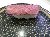 はま寿司の黒毛和牛握りって、本当にこれですか?見本と全然違うし、味がローストビーフだったんですが、注文は黒毛和牛になってました。