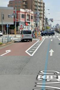 画像の交差点を左折する場合どうしたら良いですか? 左折可の標識がない交差点です。  信号の手前で一応一時停止してたら後続車にクラクションをならされたので、正面の信号の矢印が↑なってたけど左折しました。(後続車も続いて左折してました)