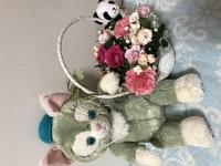 ど真ん中のマゼンタはバラで花で一番枯れやすいですか? 周りは、カーネーションでしょうか? まだ生きてます。(10/5-10/15水注ぎ足しは10/15) 写真は花キューピット当日です。