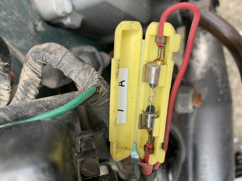 スーパーカブ(かなり古いタイプ、30年以上前)のウインカーが点かなくなりました。 ヘッドライトとテールランプと速度警告灯はつきます。 以前同じ状態でバッテリーを交換したら治ったので交換したが変わ...