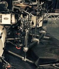 このドラムセットのドラムラックってどこのメーカーのも物かわかりますか?