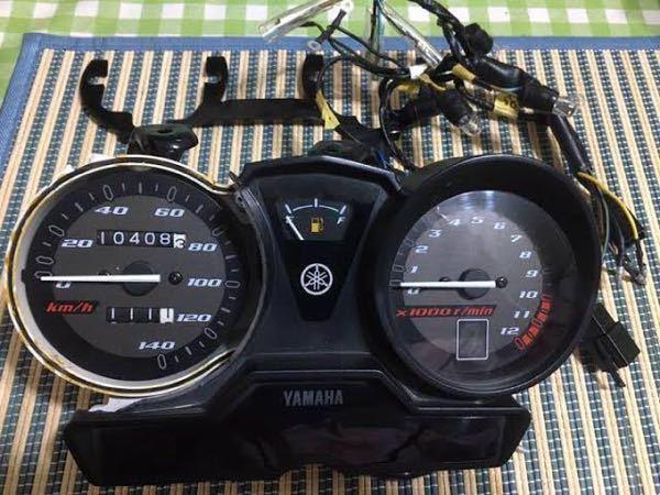 バイクのカスタムに関しての質問です。詳しい方御協力頂けると助かります。 こちらの画像は、YAMAHAのybr125のメーターになります。このメーターを、YAMAHAのyb_1 fourに装着は出...