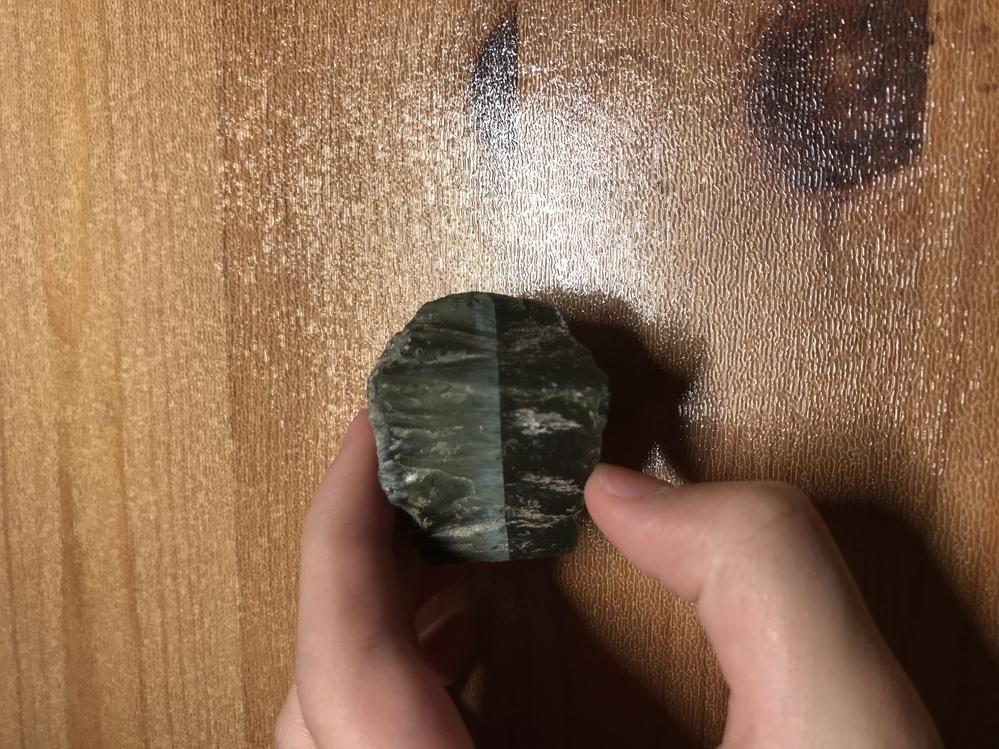 三年ほど前に拾った変な石があるのですが、 これについて知っていたら教えてほしいです この石、傾けると線(?)より反対側の色だけが変わるんです。 (向きによっては真っ黒になる) これなんなのでし...