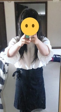 女装初心者です 白のブラウスと膝上のスカート着てみたんですがどうでしょうか? おかしなところがあれば指摘の方をお願いします  (補足) 髪の方はあまり手入れができていないのでそこはご了承ください