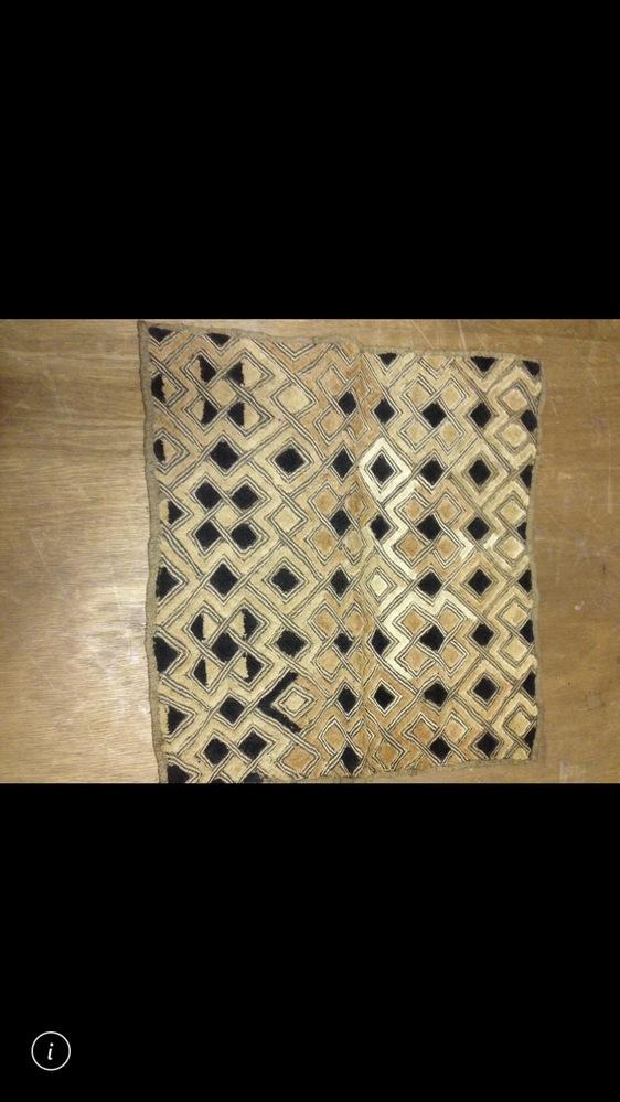 このヴィンテージのラグの名前が分かりません。 幾何学模様、2色、ざらつきのある生地が特徴なのですが、詳しい方に解説付きで教えて欲しいです!お願いします!