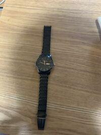 腕時計のベルトの一部だけって売ってますかね? Amazonプライムデーでかっこよかった腕時計を買いました。サイズが合わず、ベルトの調整をしてたのですが、画像を見て分かる通り、腕に留める部分を無くしました。ここだけ売ってたりしないですかね?