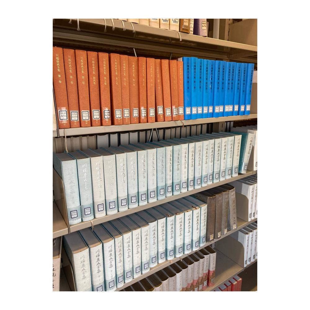 図書館の川端康成全集で赤が14巻、青が12巻、水色が35巻ですが、内容はどんな違いがありますか?