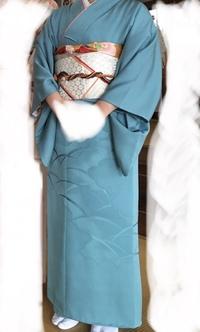 七五三での親の着物について質問です。 写真の着物を七五三の時に母親が着るのは派手すぎるでしょうか? 娘は朱色の着物を着るので娘より派手にはならないですが、手持ちがこれか小紋しかなく…。 着物の知識は...