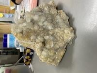 この石は何かわかる人いますか? 知人から譲り受けた物なのですが見た事ない石なのでわかる人回答お願い致します。