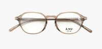 黒縁メガネを買いに眼鏡屋に行ったら、店員さん(結構ハッキリ言うタイプ)にクリアブラウンのメガネを勧められました。 カラーリングもカラコンもしていないのに、こんな明るい茶色で大丈夫でしょうか?  ちなみに、肌色はカバーマークBN10(ブルーベース・ナチュラル系・明るい)です。