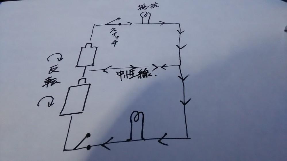 電験3種以上の方に質問です。 以下の動画で、白線は中性線だから電圧が0で 検電器が反応しません。 ところが、図の様に交流電流は電池の向きが60回/秒 入れ替わります。 そうすると、図の電流が...
