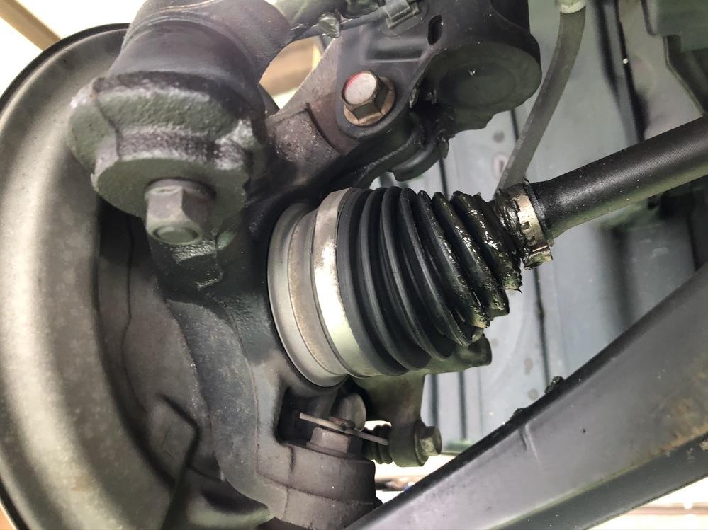 地元のわりと大手の整備工場でタイヤ交換していたら、タイロッドエンドとドライブシャフトのカバーが破れていると指摘されました。 見せてもらうとグリスが漏れています。とりあえず写真だけ撮らせてもらい、...