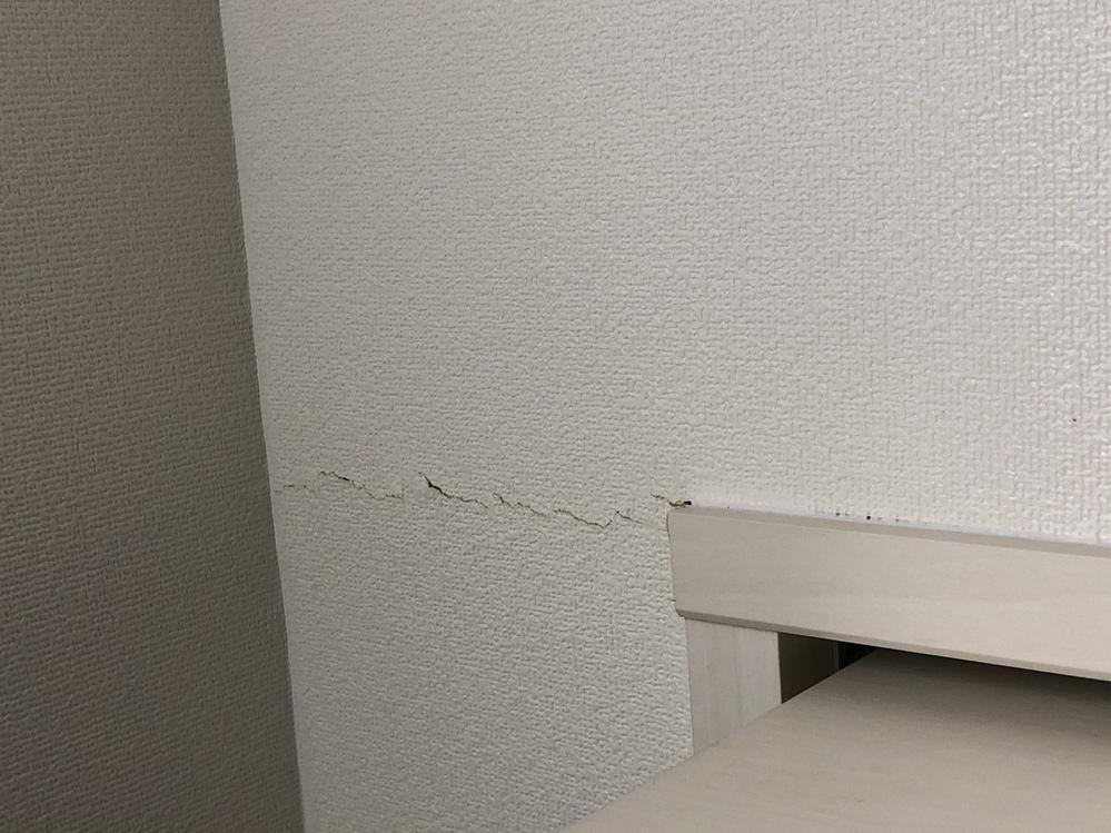 こんばんは。 今分譲マンション築6年のマンションのクローゼット上の壁の亀裂を発見しました。 この亀裂は大丈夫なものなのでしょうか?? 管理会社へ連絡し大丈夫な場合は壁紙交換はしてもらえるのでし...