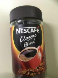 ビンのインスタントコーヒーが長期使用のため水分を含んでしまい砂糖みたいに塊ができたりしてます。 まだ飲めますか? また、どこまで行くとヤバイですか?