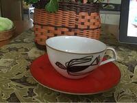 画像の「ナルミ」のコーヒーカップ&ソーサは いつ頃のものかわかりますか?  今の「ナルミ」のスタイルとはかなり 違っていますか?