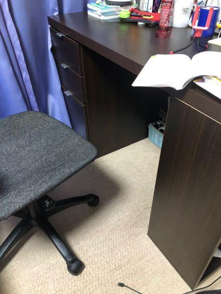 拾い画なのですがこの机がどこのメーカーのものかわかる方いませんか? (探しても出てこなくて困ってます) 奥には引き出しがあり手前(右手)には本がしまえるような収納があります。