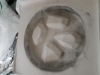 鋳造で質問なんですが、この円の穴の中に溶かした真鍮を流し込みたいのですがうまくいきますか?  どうすればうまくいきますか? 圧迫鋳造なんですが…