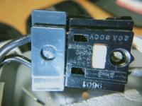 写真の換気扇のコネクタのVVFケーブルを抜く方法分かる方、教えて下さい。 中央のはめ込まれている白いプラスチック部品は、スライドも、押し込みも出来ず、2つの穴に細いドライバ突っ込んでみたのですが、ロ...